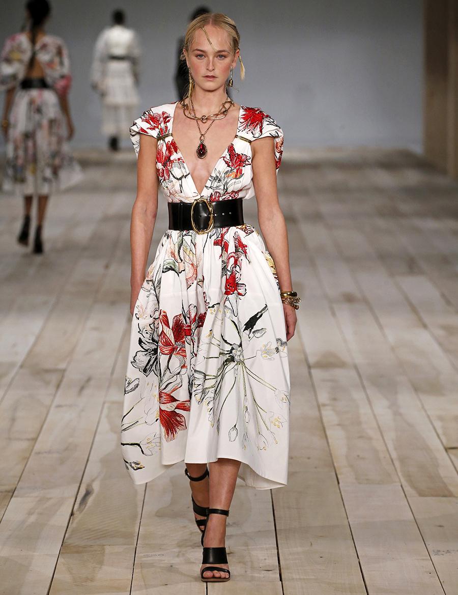 модное плвтье с цветочным принтом в цветах белый красный черный лето 2020