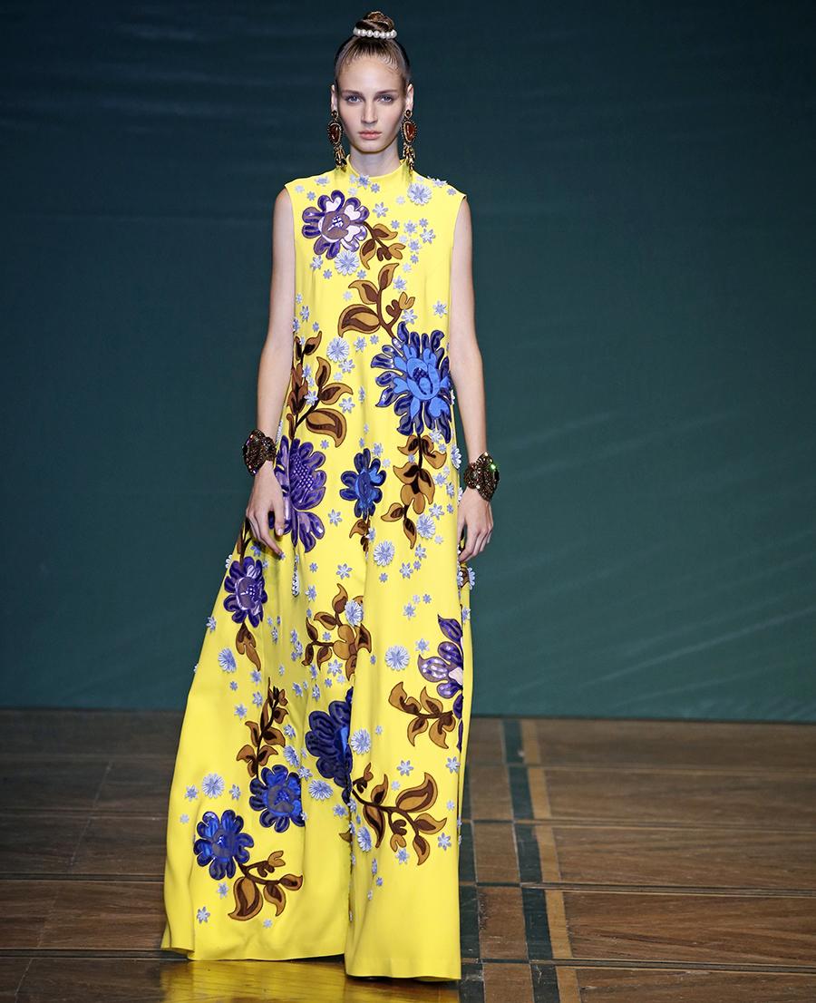 модное плвтье с цветочным принтом в цветах желтый синий без рукавов длинноелето 2020