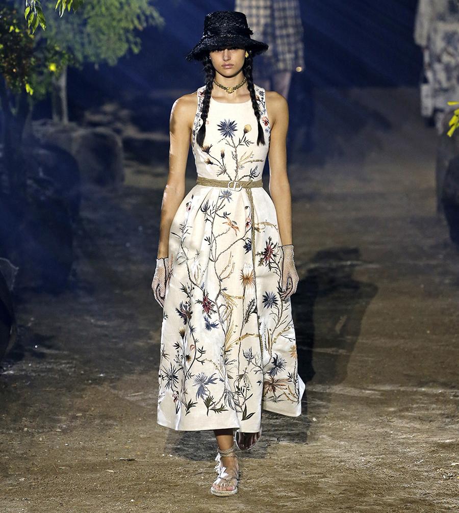модное плвтье с цветочным принтом в цветах белый лето 2020
