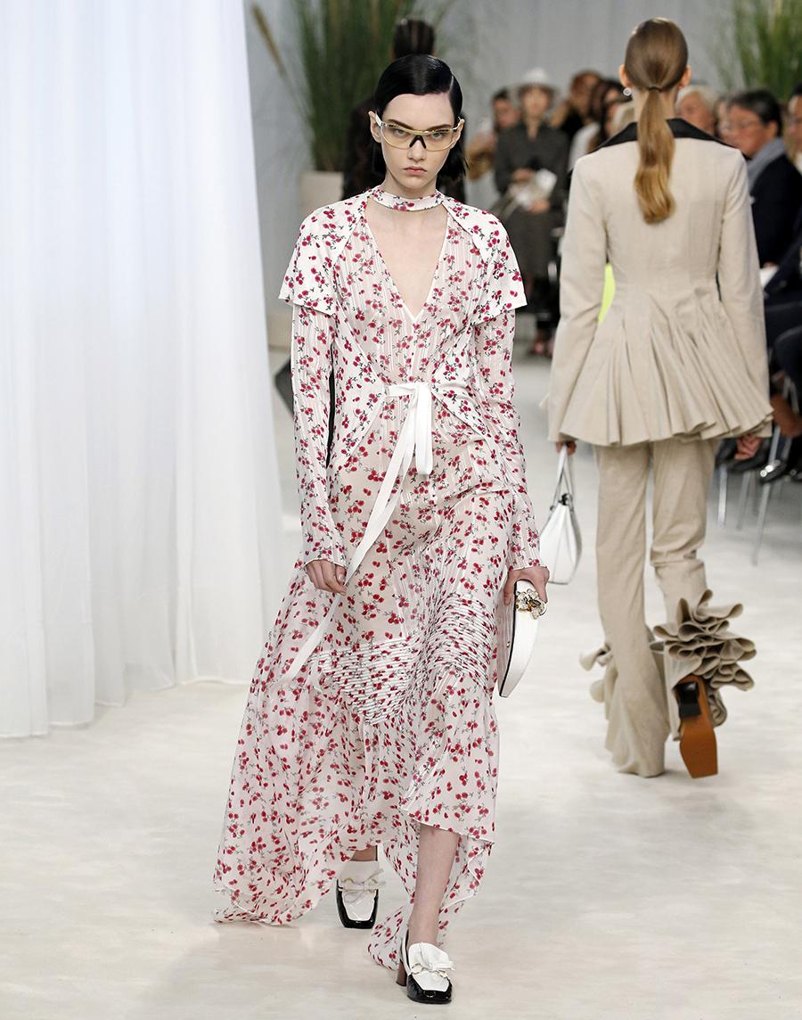 модное плвтье с цветочным принтом в цветах с пышным рукавом лето 2020