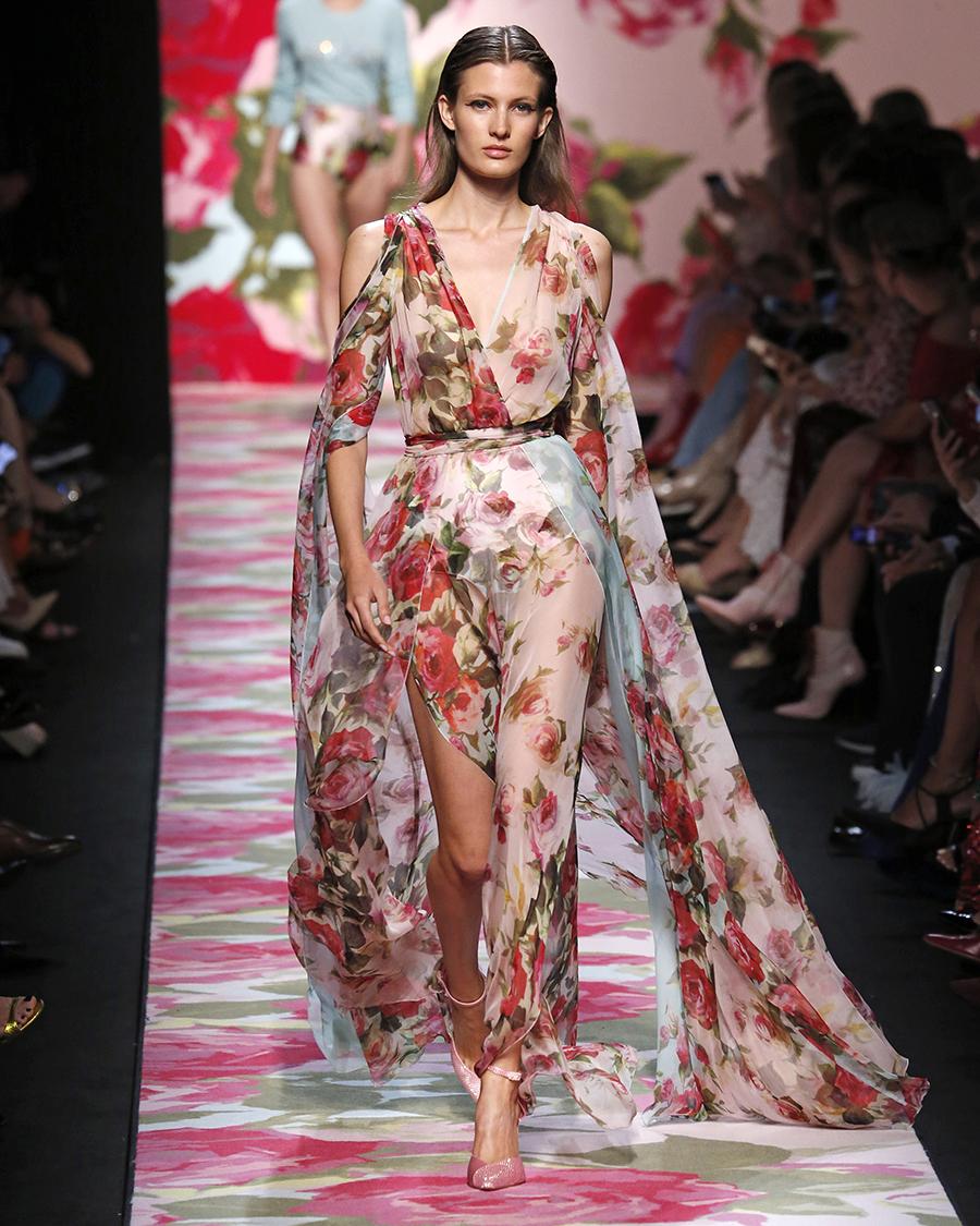 модное плвтье с цветочным принтом в цветах с розами прозраченое белое с рукавом лето 2020