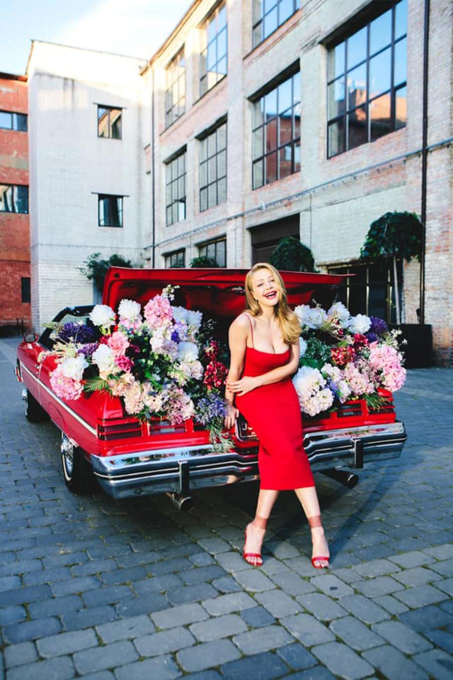 Тина Кароль стильная фотосессия красное платье цветы красная машина