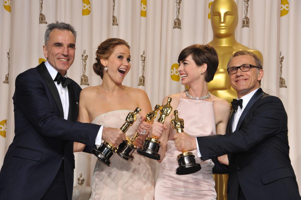 Дженнифер Лоуренс с Дэниэлом Дэй-Льюисом, Энн Хэтэуэй и Кристофом Вальцем на премии Оскар