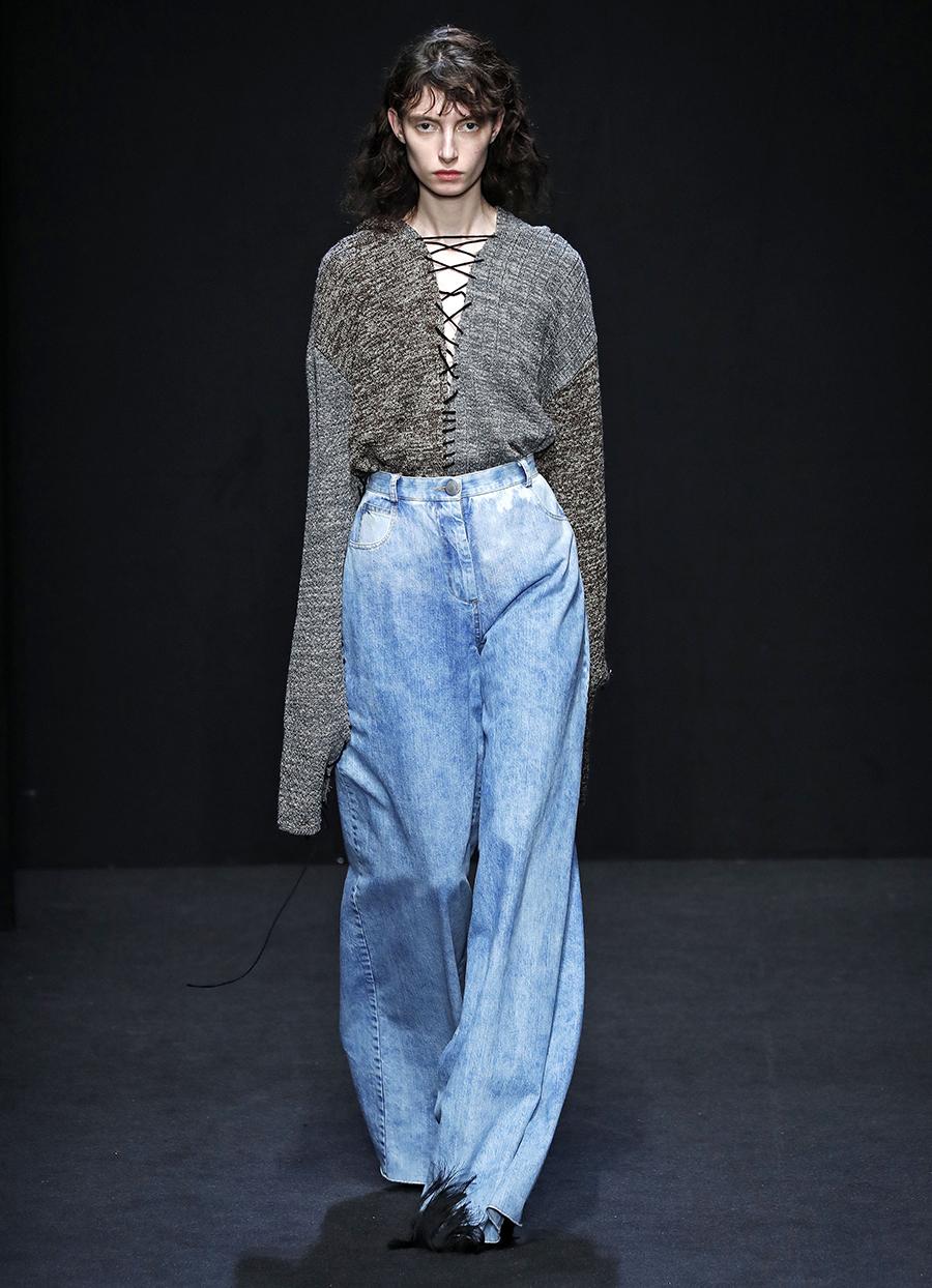 модные джинсы осень 2020 палаццо клеш свободные голубые с широкими штанинами высокая посадка