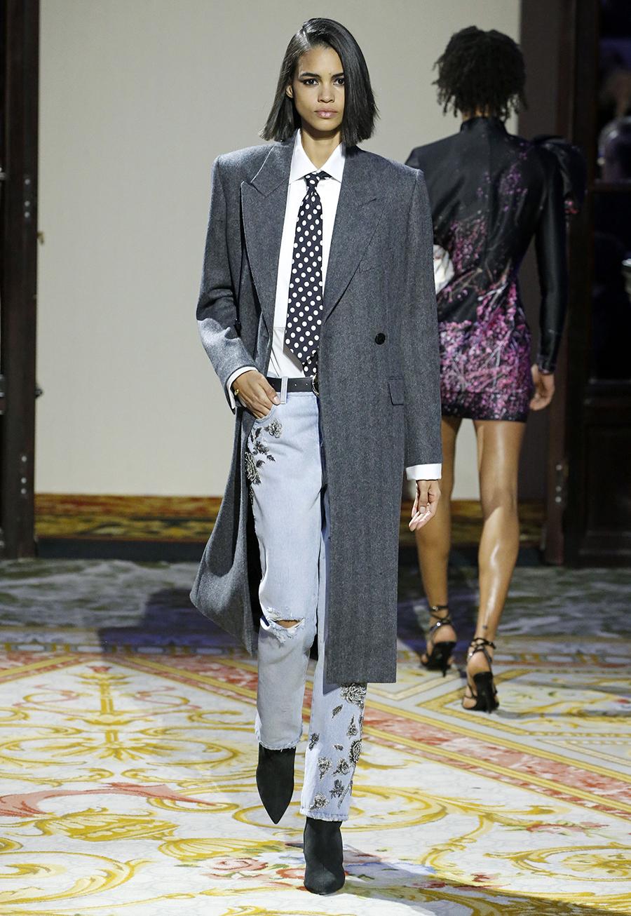 модные джинсы осень 2020 с вышивкой расшитые бисер голубые