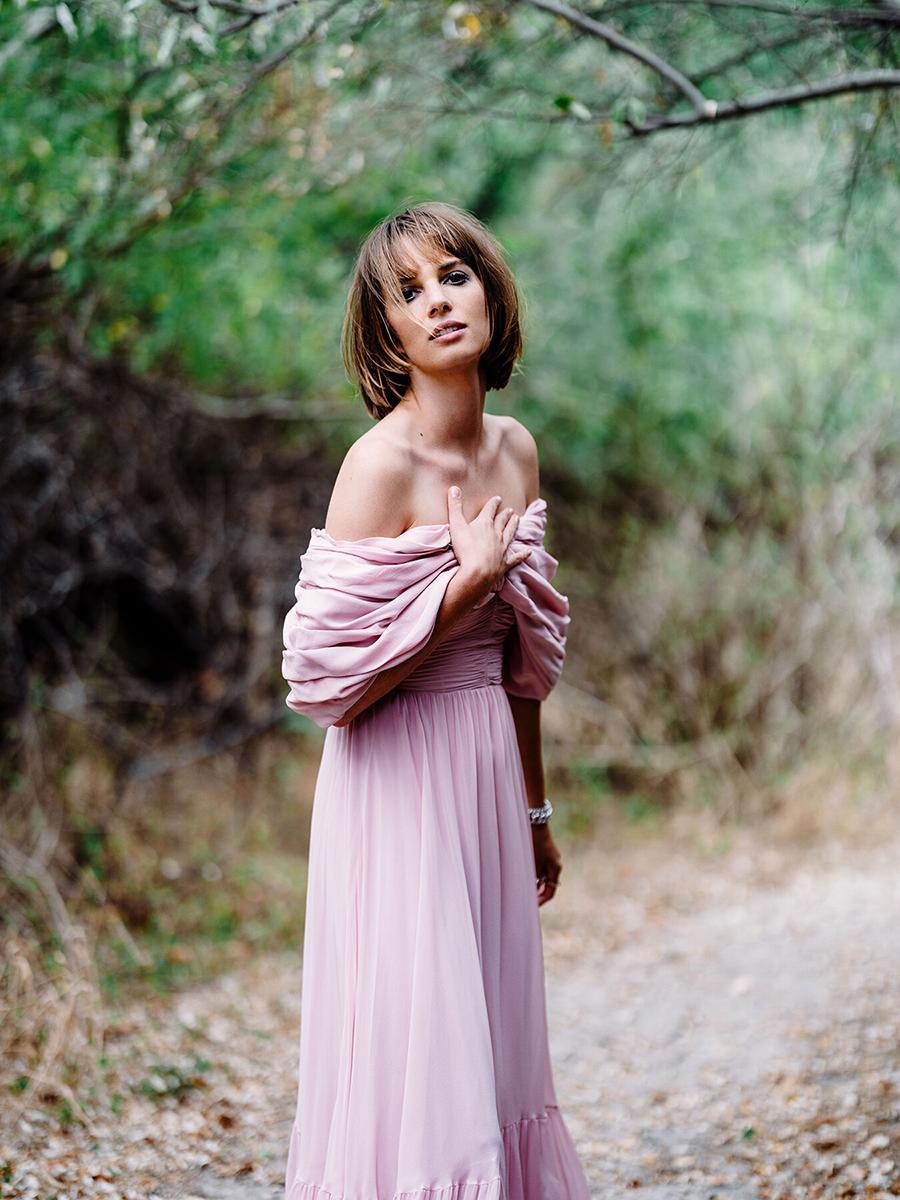 майя хоук дочь ума ьурман итан хоук модель фотосессия розовое платье с открытыми плечами стрижка каре макиж глаз smoky eyes