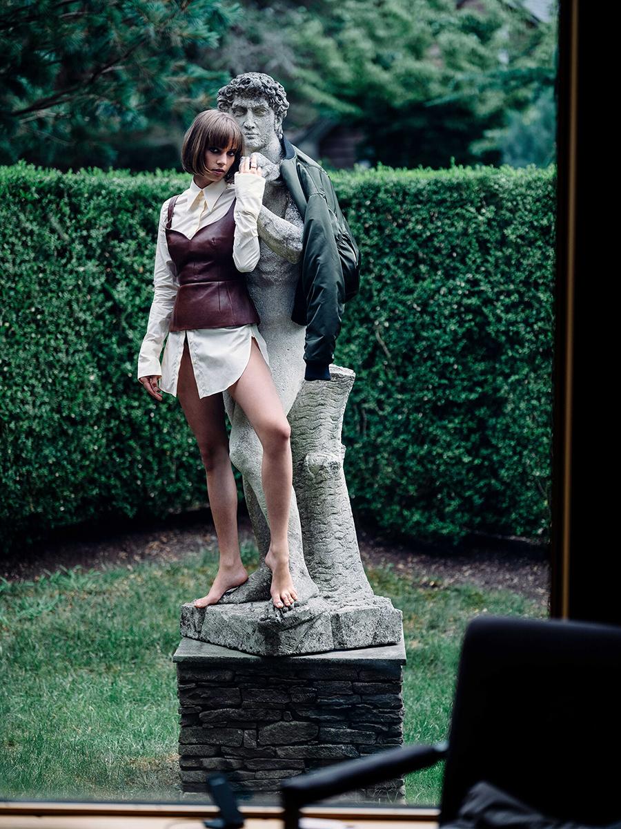 майя хоук дочь ума ьурман итан хоук модель фотосессия белая рубашка кожаный корсет стрижка каре макиж глаз smoky eyes