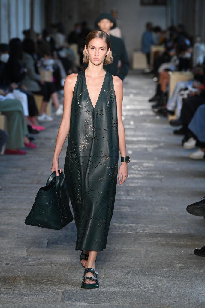HugoBoss мода весна-лето 2021 кожаное платье