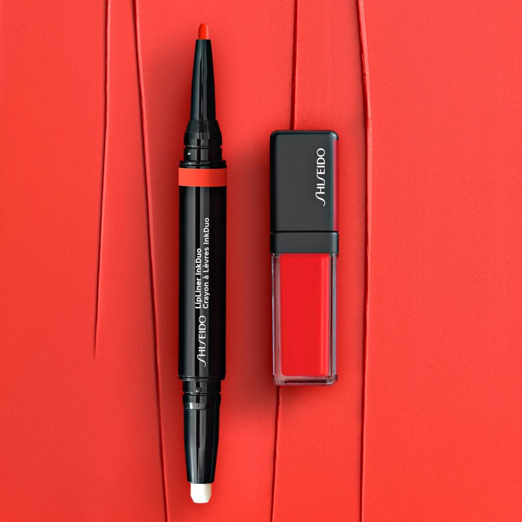 красная помада и карандаш