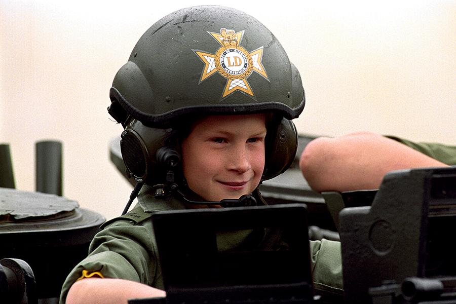 принц гарри день рождения детские фото на танке военный