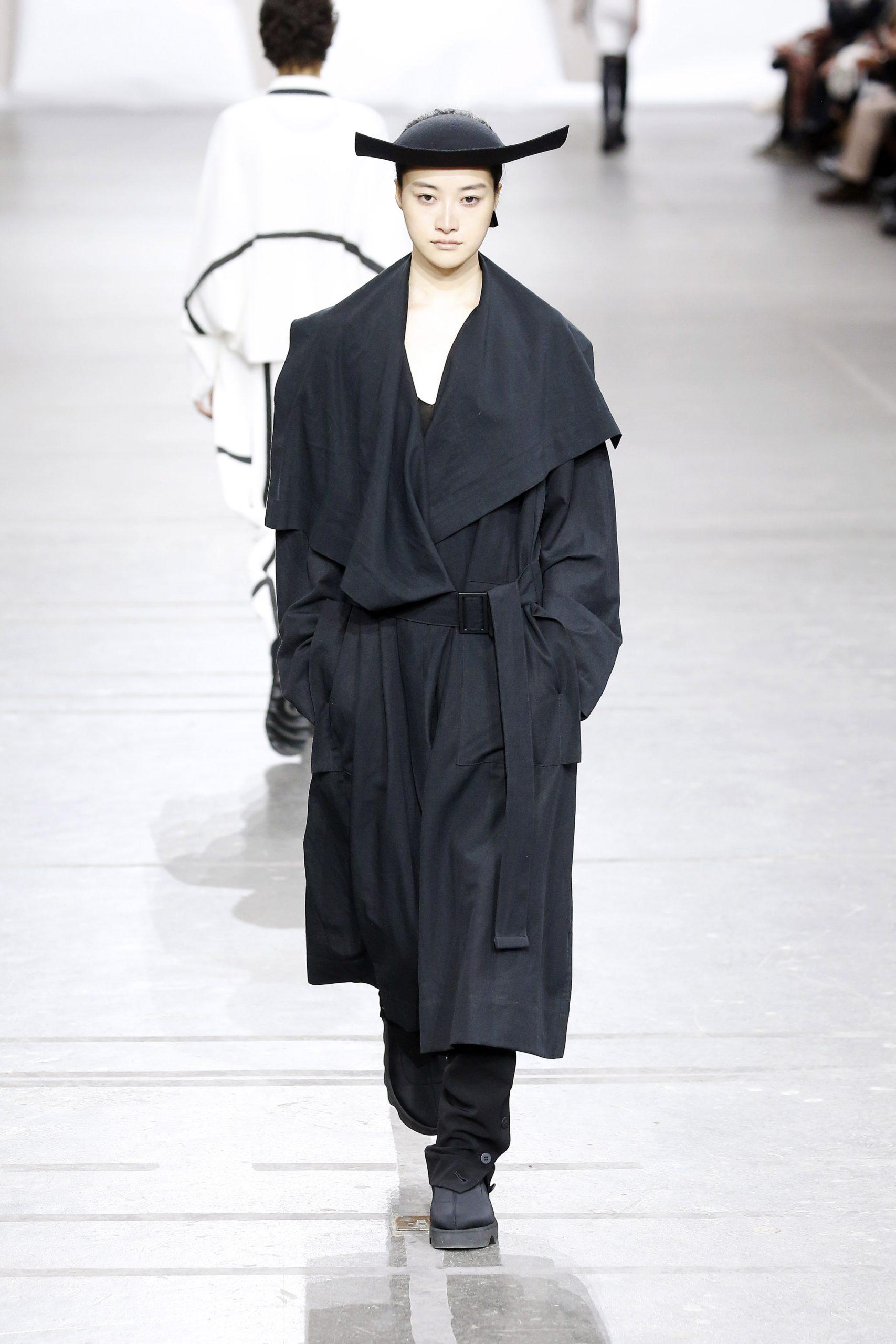 модный тренд плащ осень 2020 черный оверсайз объемный