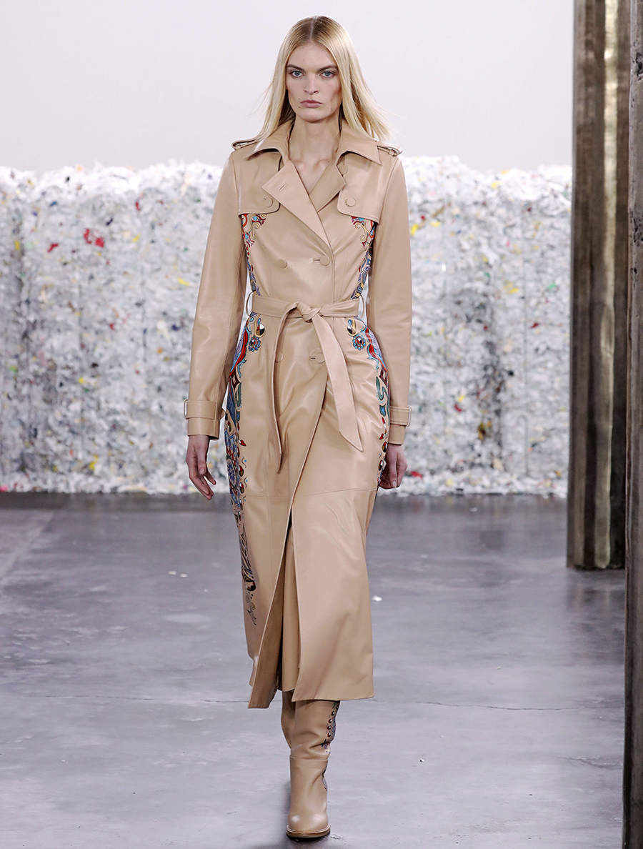 модный тренд плащ осень 2020 кожаный бежевый