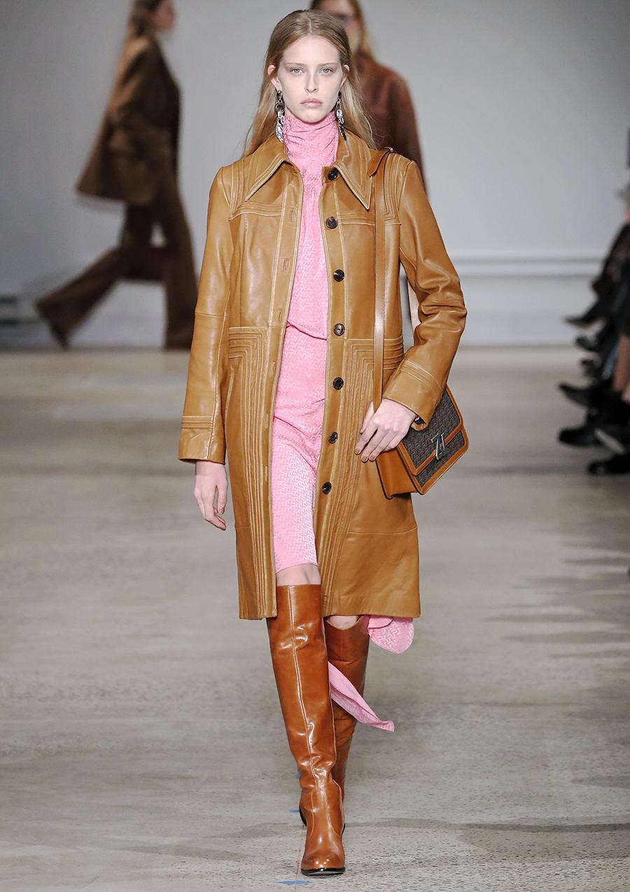 модный тренд плащ осень 2020 кожаный рыжий