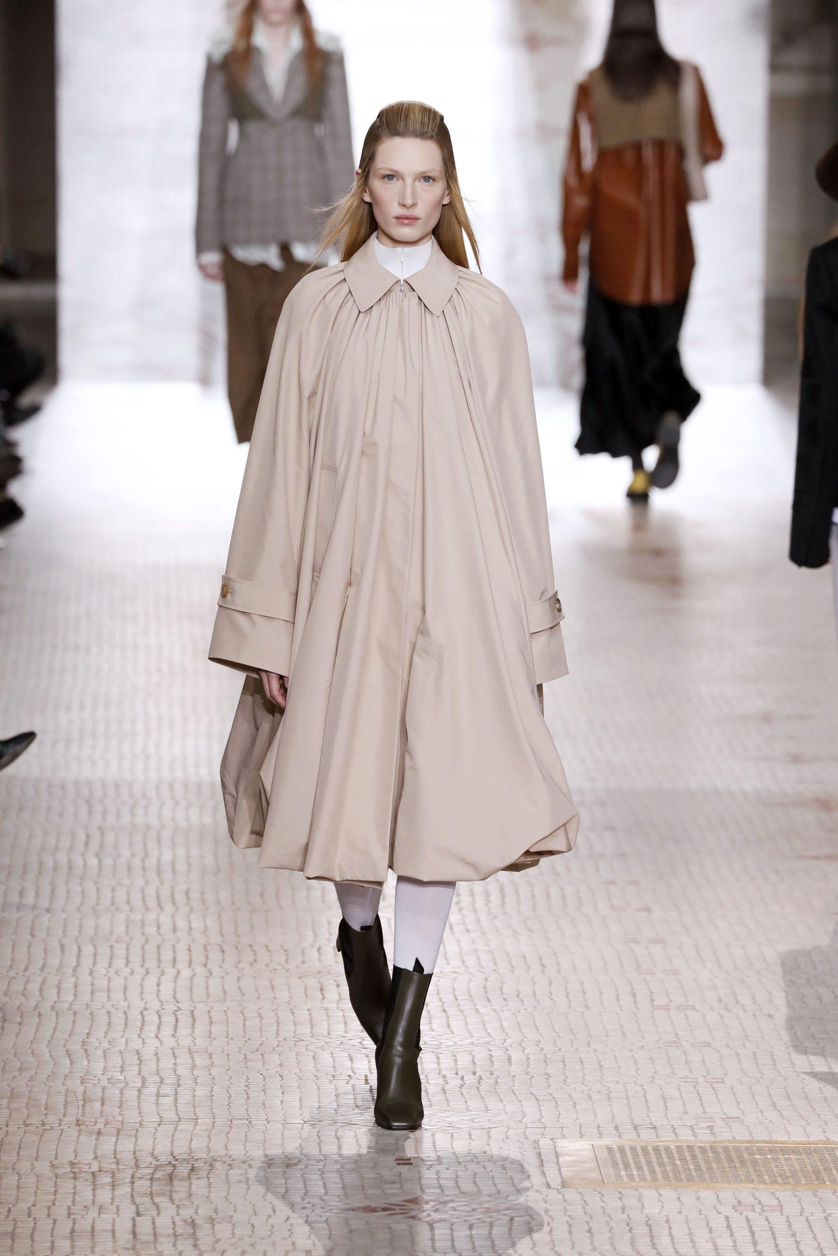 модный тренд плащ осень 2020 бежевый оверсайз объемный