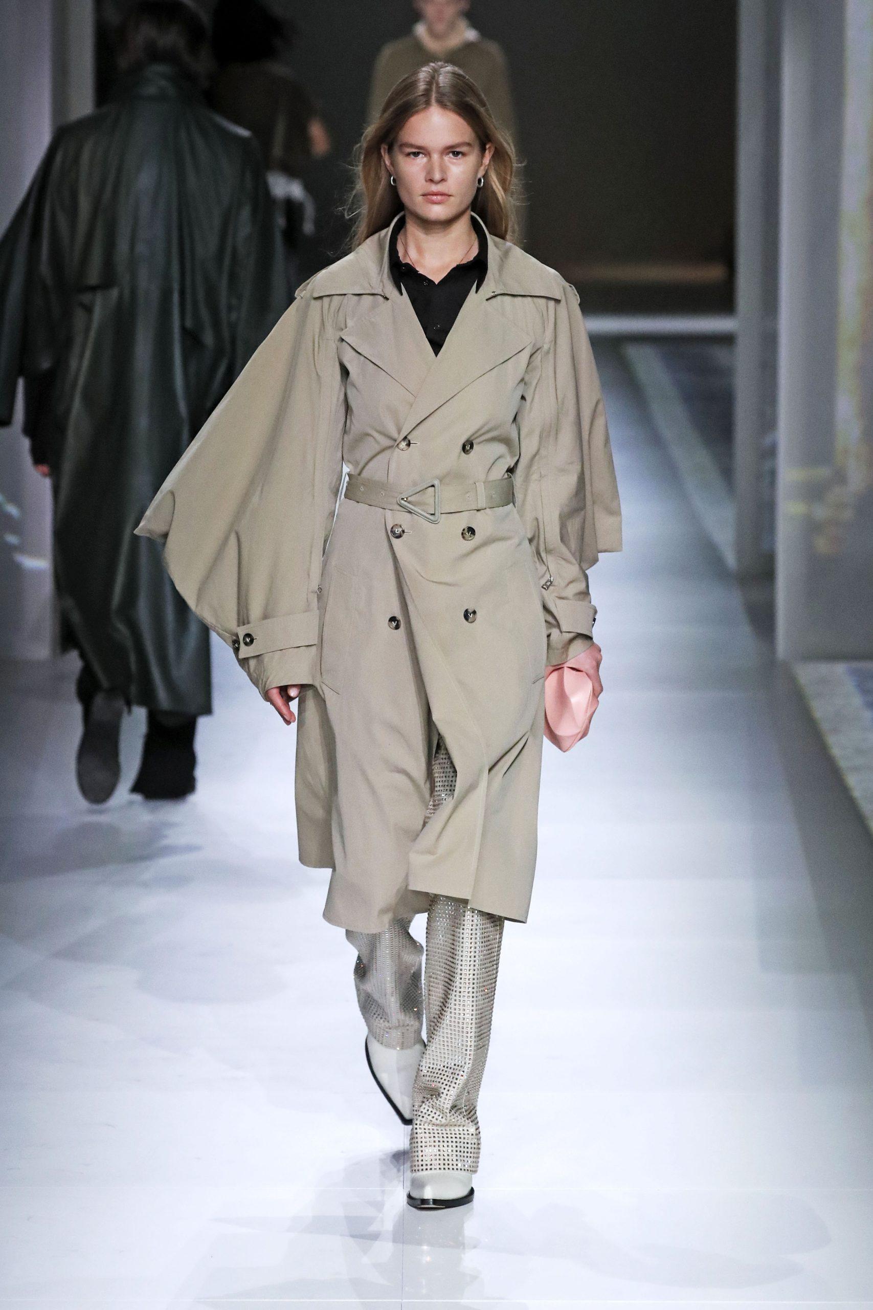 модный тренд плащ осень 2020 бежевый с объемными рукавами