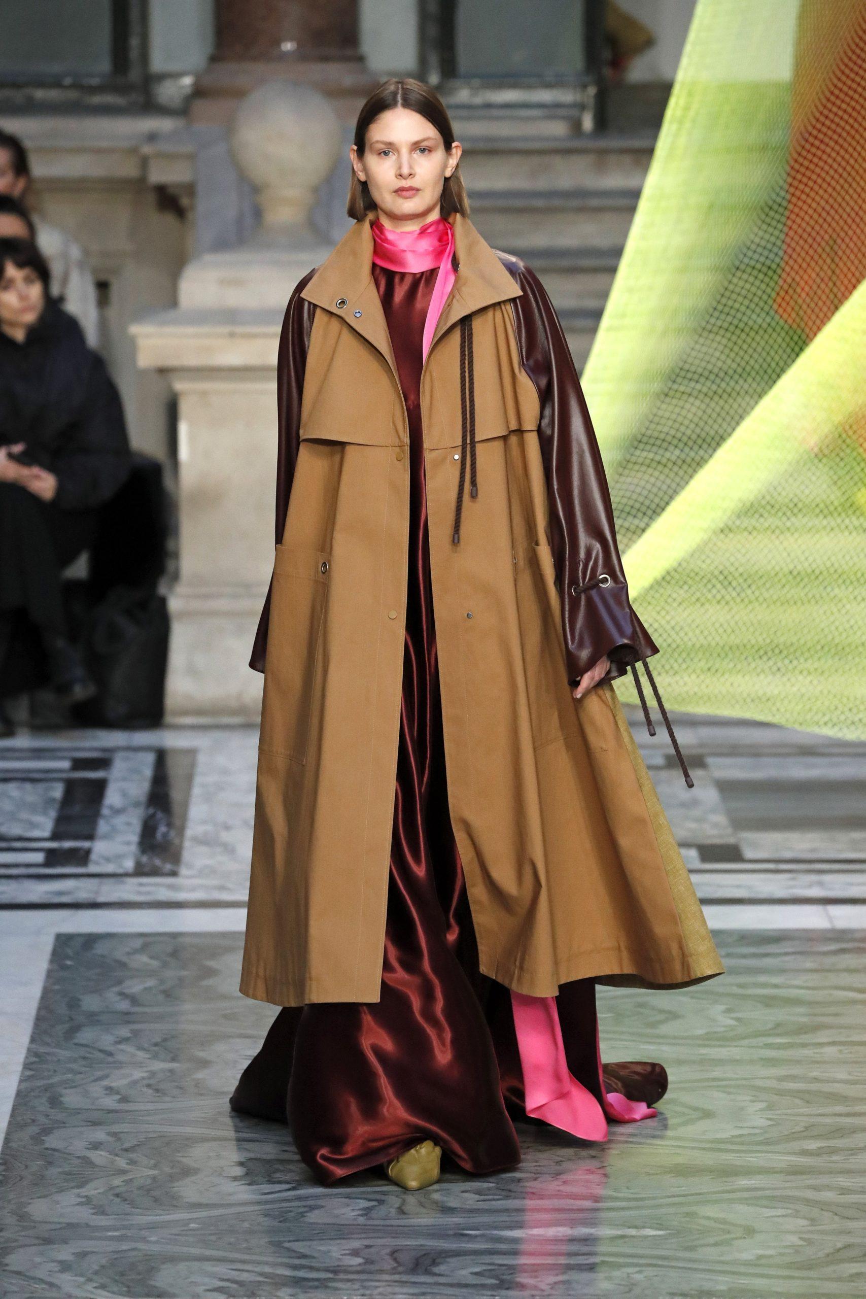 модный тренд плащ осень 2020 бежевый с вставками с кожаными рукавами