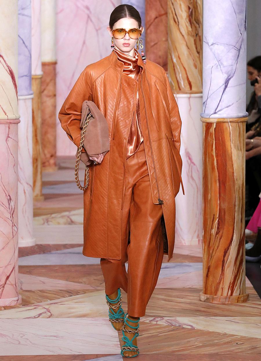 модный тренд плащ осень 2020 кожаный коричневый