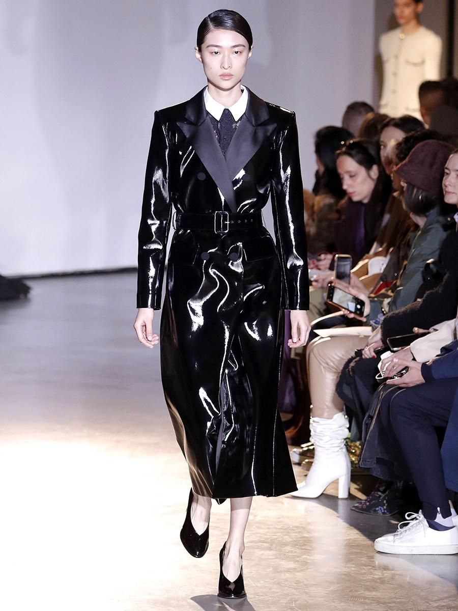 модный тренд плащ осень 2020 кожаный черный лакированный