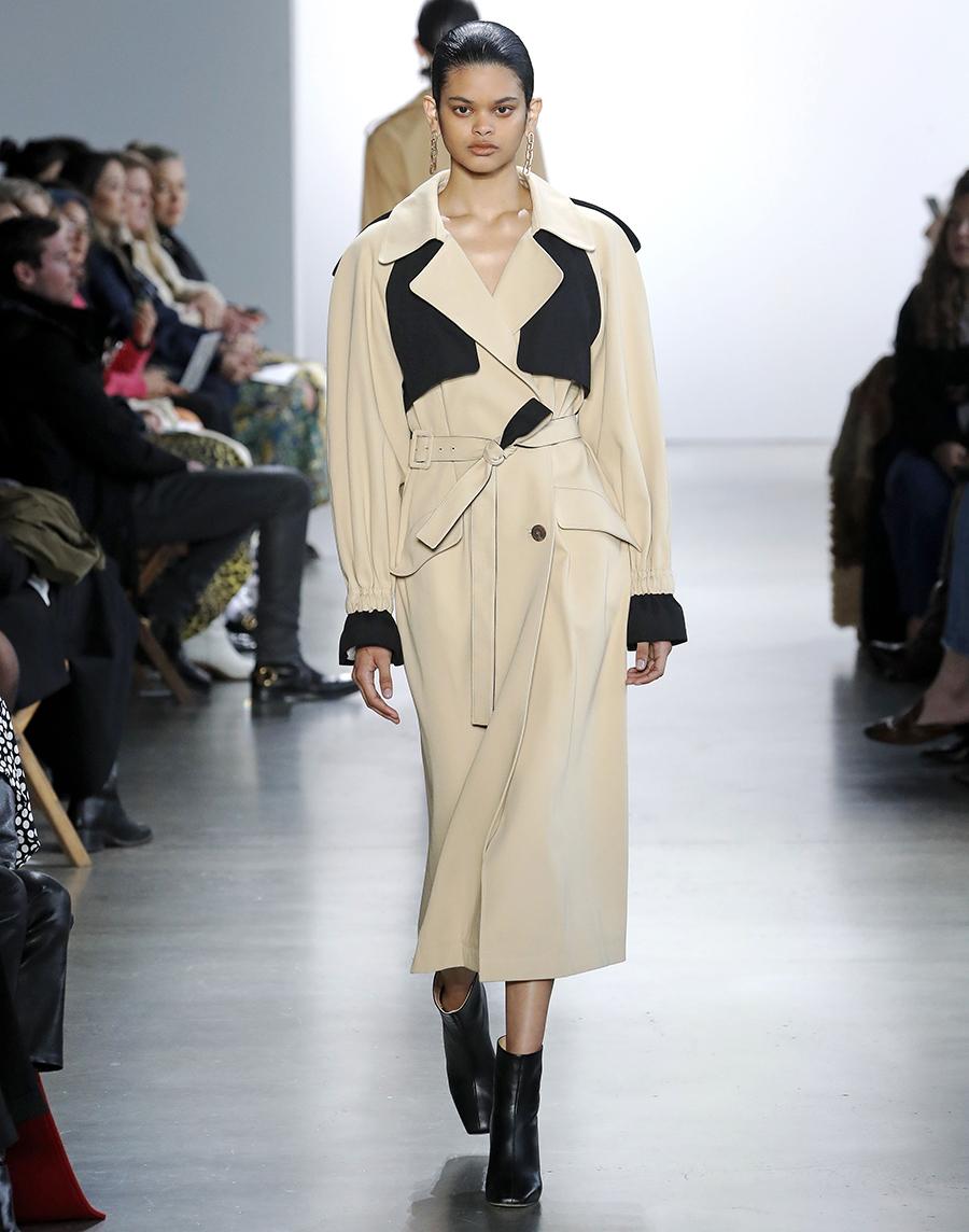 модный тренд плащосень 2020 бежевый с черными вставками