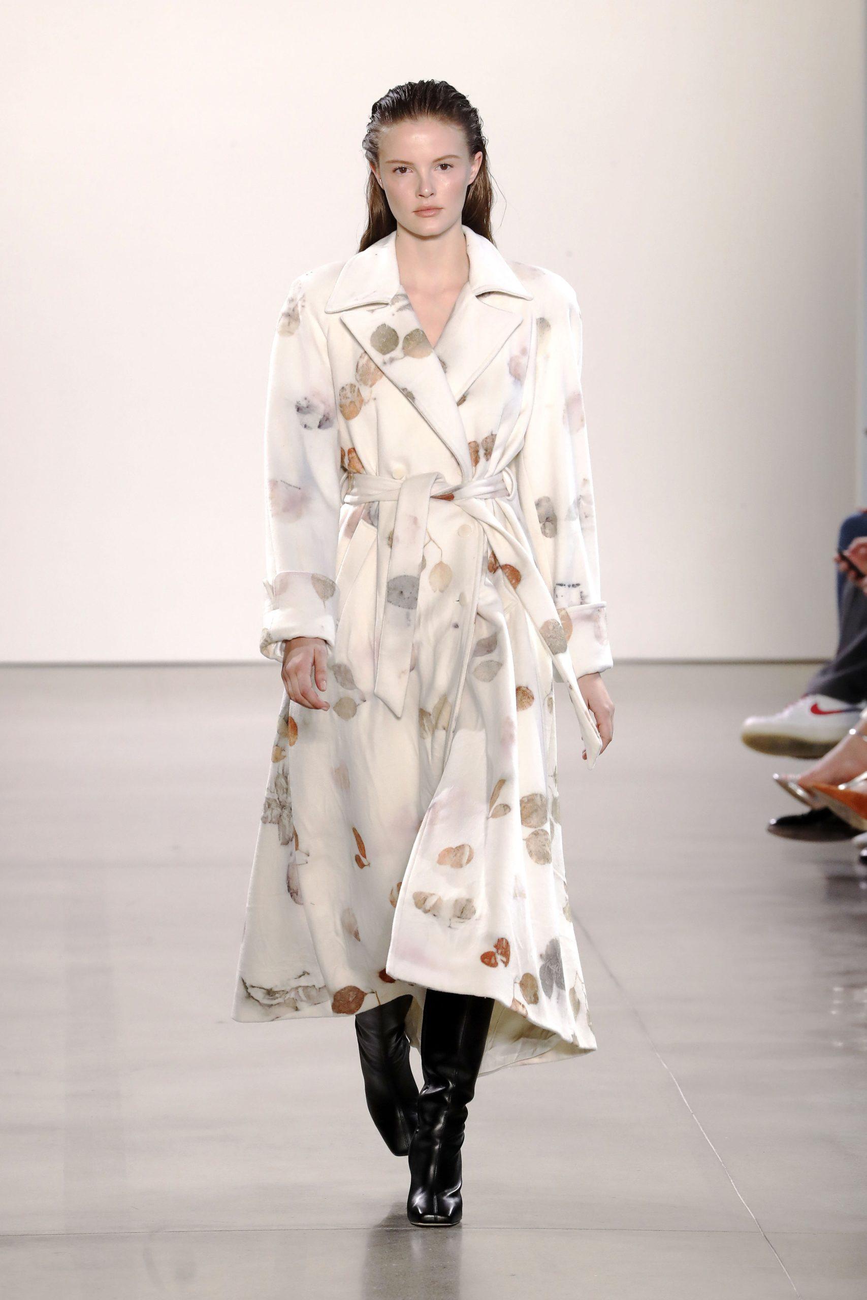 модный тренд плащ осень 2020 атласный