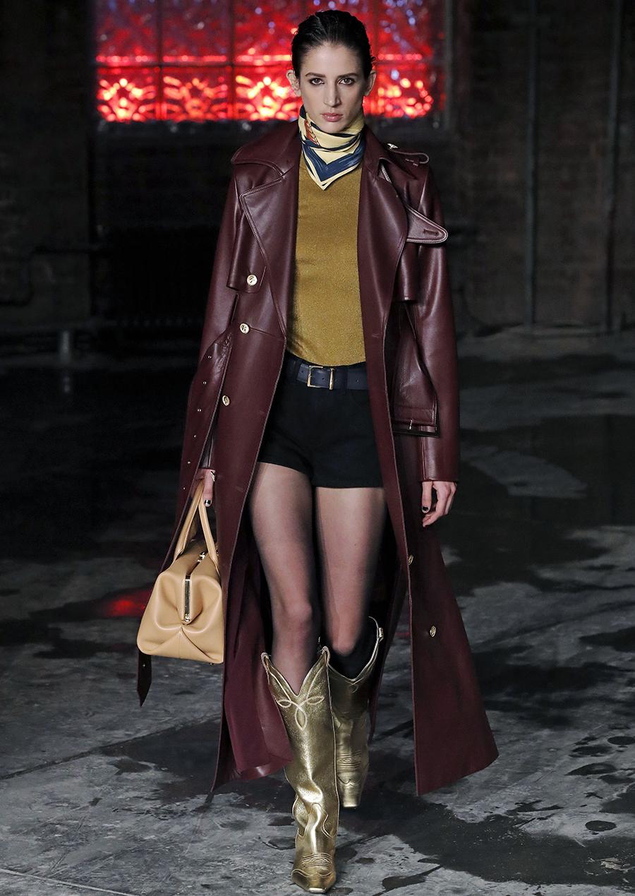 модный тренд плащ осень 2020 кожаный бордовый