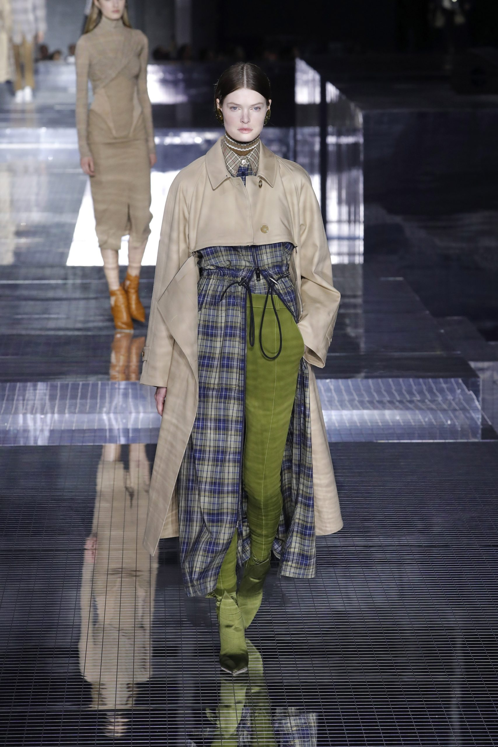 модный тренд плащ осень 2020 бежевый с вырезами с вставками