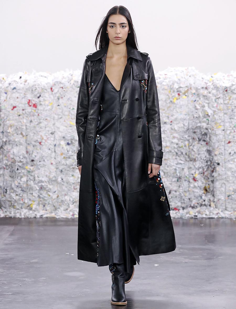 модный тренд плащ осень 2020 кожаный черный