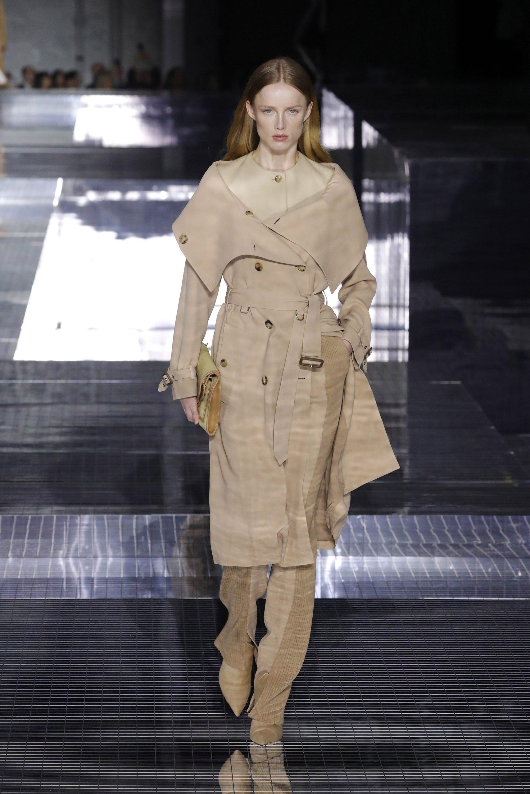 модный тренд плащ осень 2020 бежевый с большим воротником с открытыми плечами