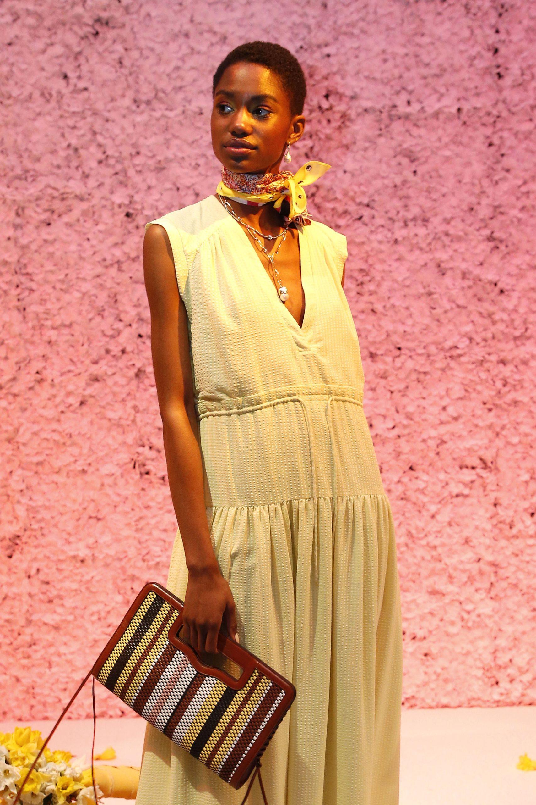 модная сумка с прорезными ручками осень зима 2020 2021 плетеная коричневая бежевая полоска