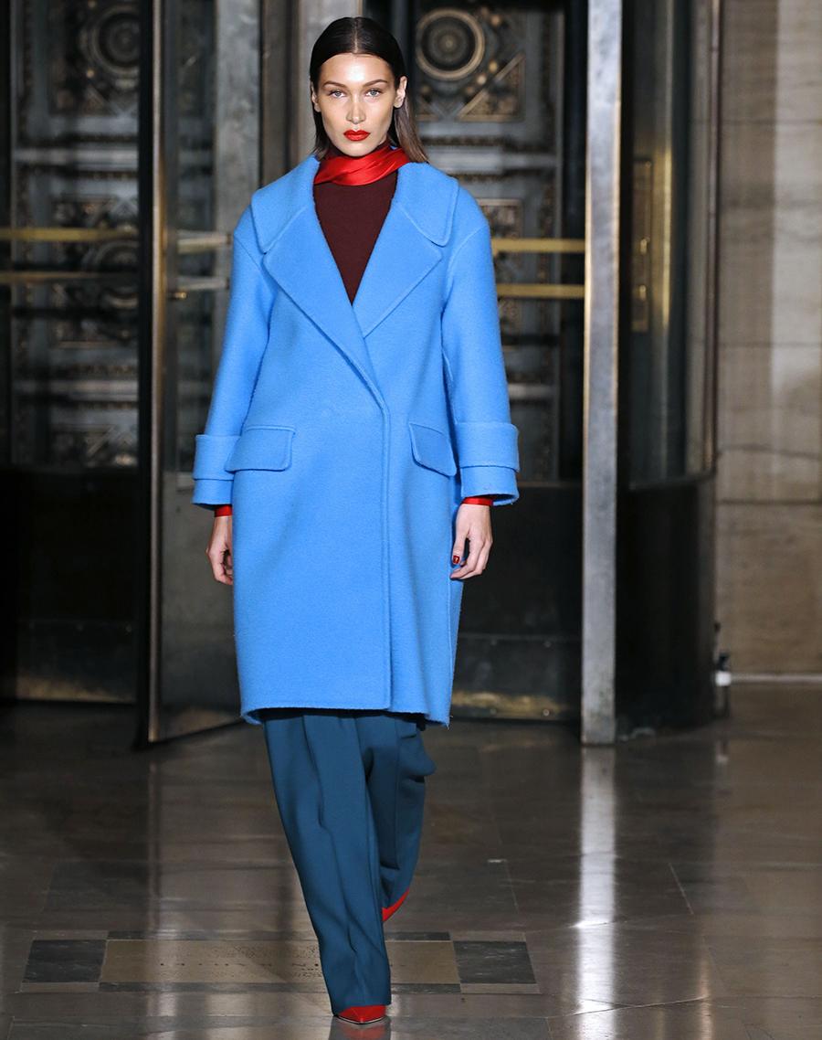модное пальто осень 2020 яркое голубое длинное
