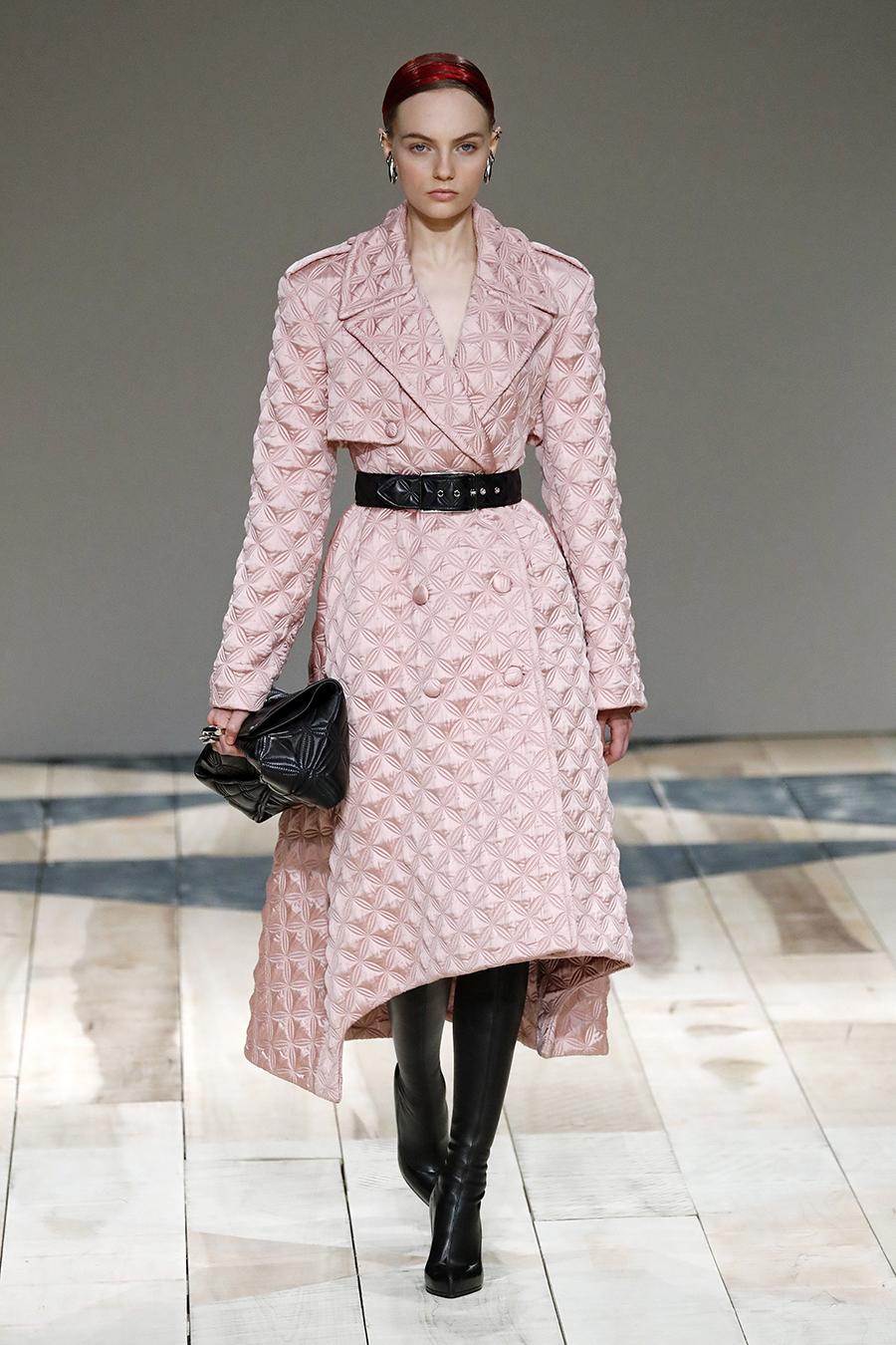 модное пальто осень 2020 стеганое розовое под пояс за колено асимметричное