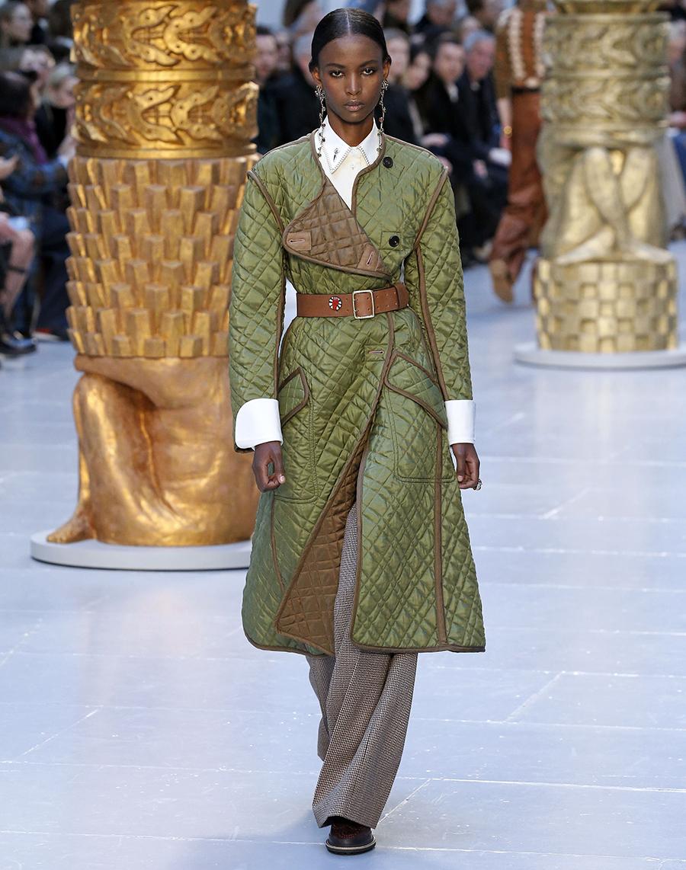 модное пальто осень 2020 стеганое зеленое под пояс за колено