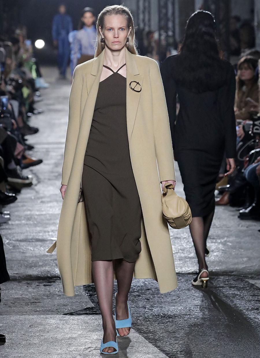 модное пальто осень 2020 бежевое однобортное длинное за колено