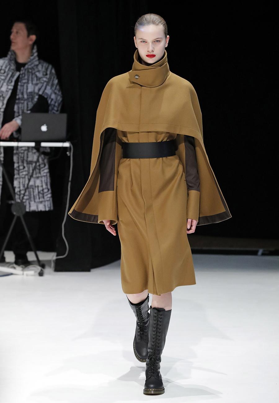 модное пальто осень 2020 кейп коричневый инвернесский по колено