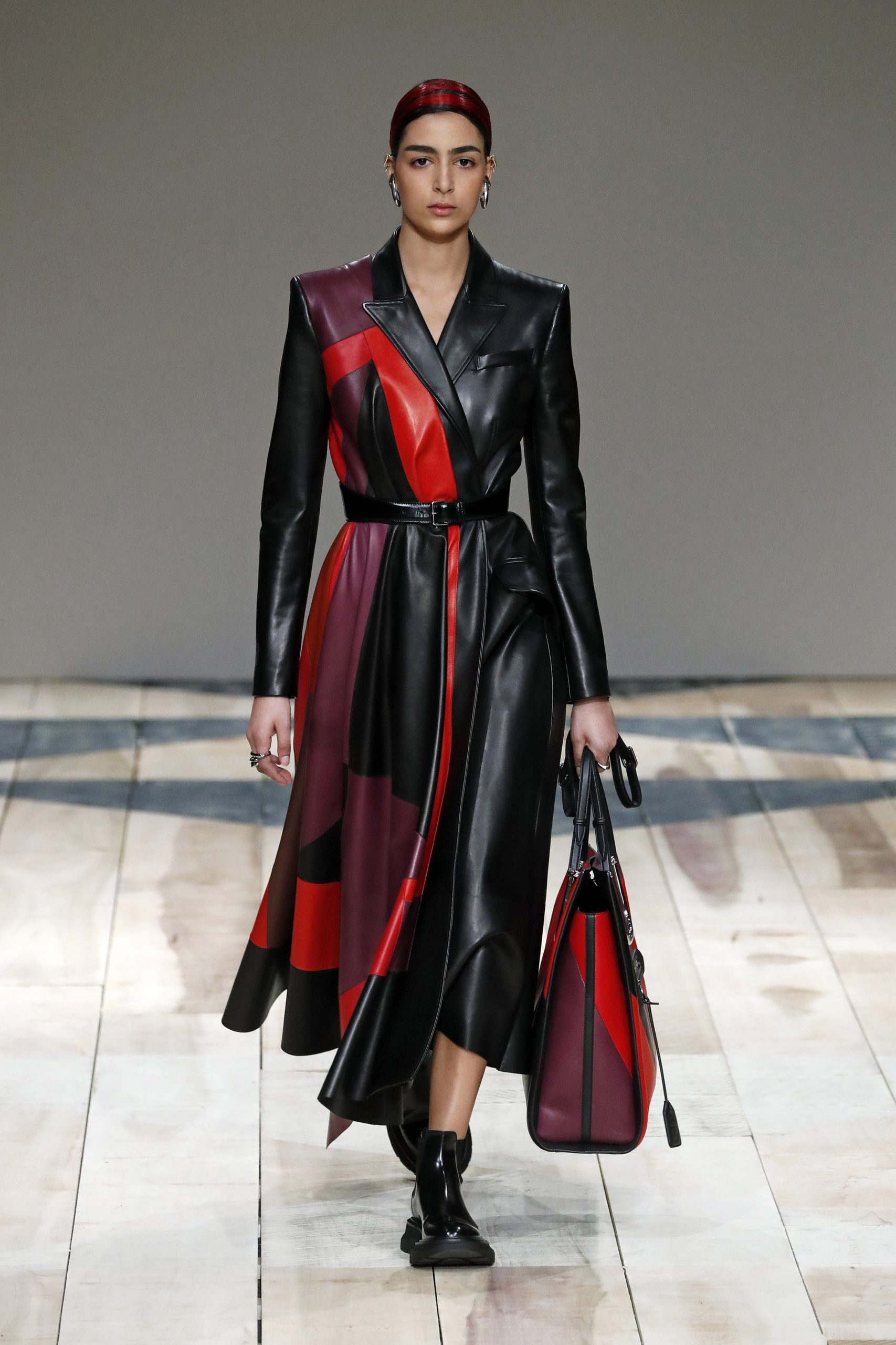 модное пальто осень 2020 кожаное черное с красным длинное под пояс