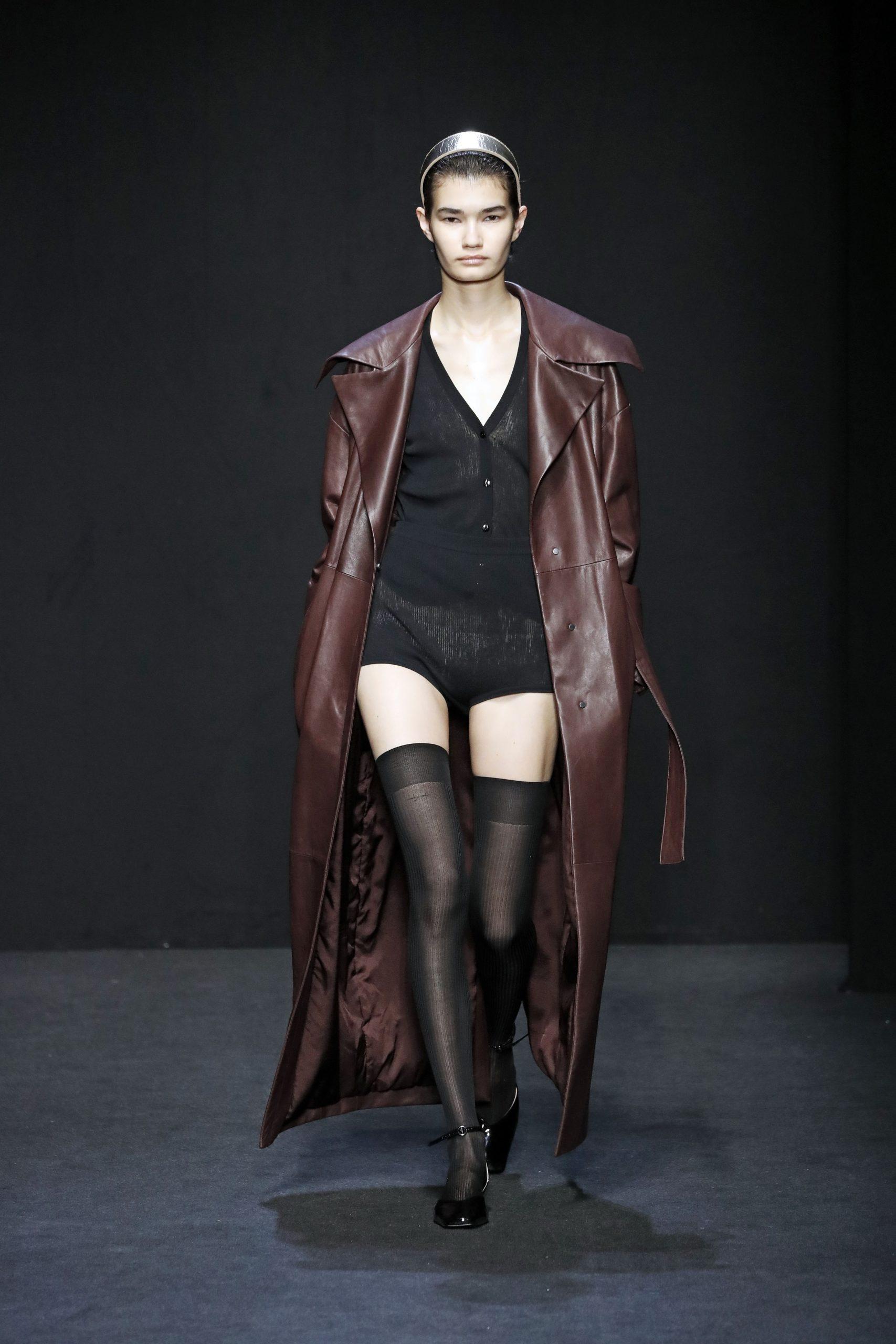 модное пальто осень 2020 кожаное бордовое длинное под пояс