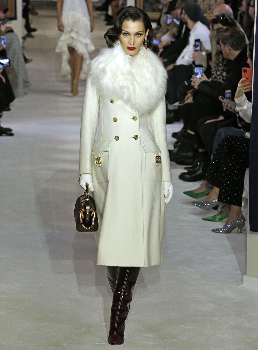 модное пальто осень 2020длинное белое с пушистым меховым воротником с металлическими пуговицами