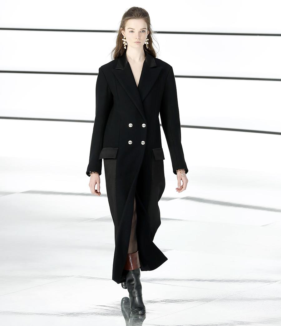 модное пальто осень 2020 черное двубортное длинное за колено с металлическими пуговицами