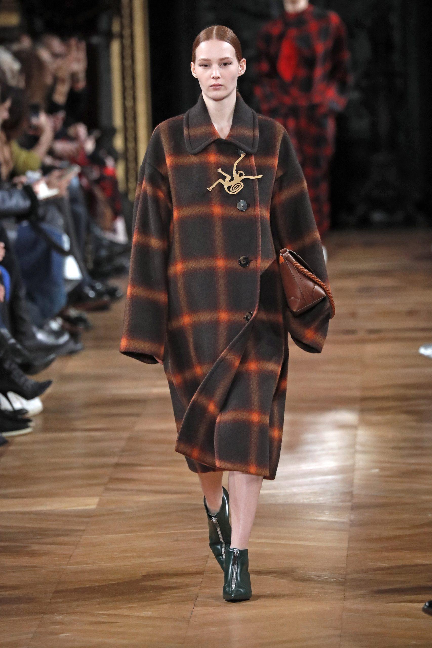 модное пальто осень 2020 в клетку крупную коричневое