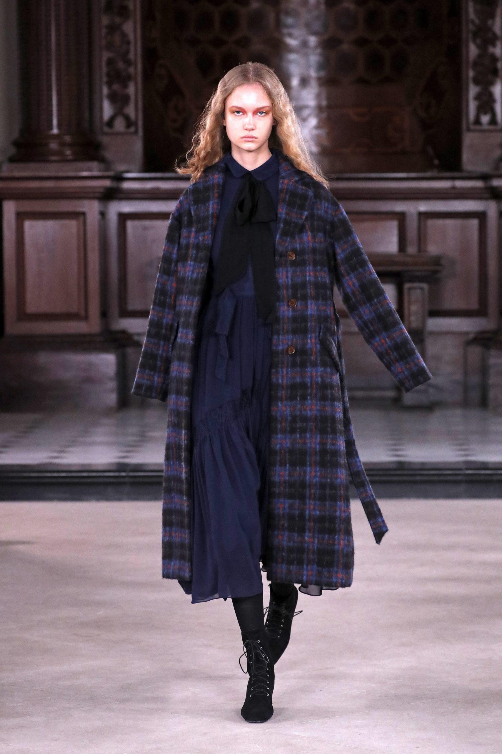 модное пальто осень 2020 в клетку синее