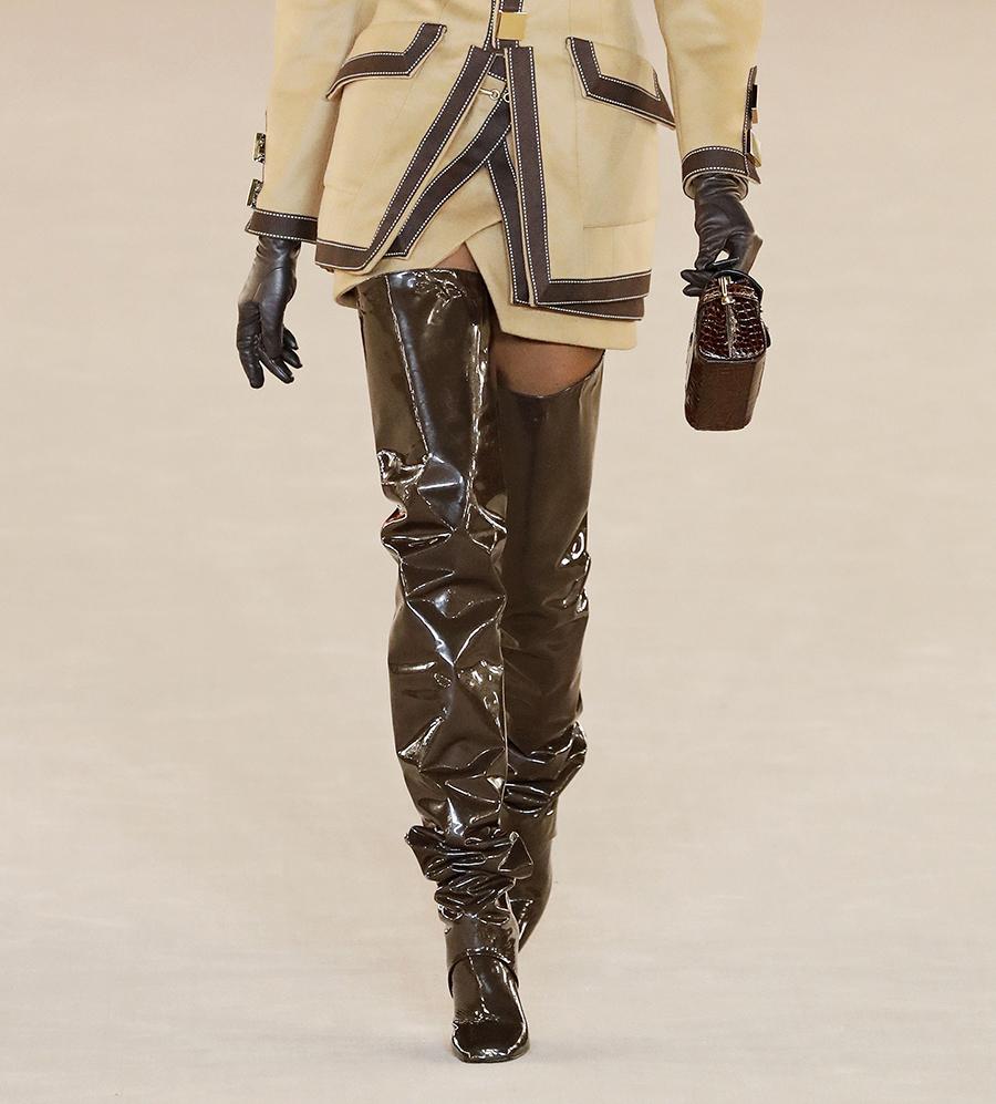 сапоги с широким голенищем со сборками гармошкой лаковые блестящие коричневые кожаные модные осень зима 2020 2021