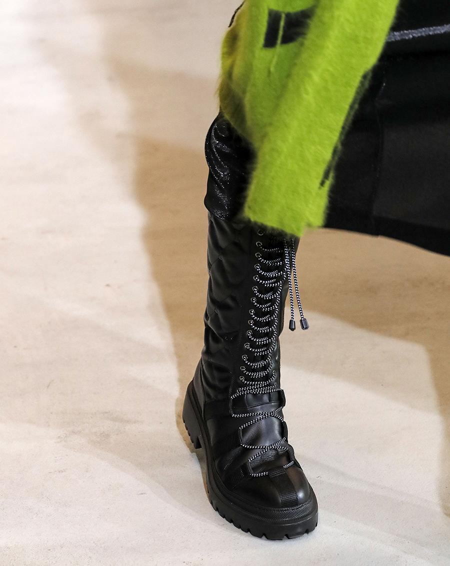 Ботинки на шнурках на плоском ходу черные высокие модные осень зима 2020 2021