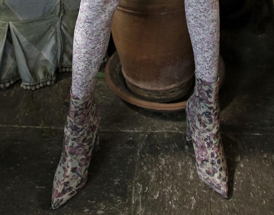 сапоги ботинки ботильоны сапоги на каблуке вышитые лиловые цветы модные осень зима 2020 2021