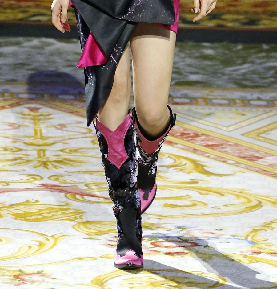 сапоги ботинки ботильоны сапоги на каблуке черные розовые цветы модные осень зима 2020 2021