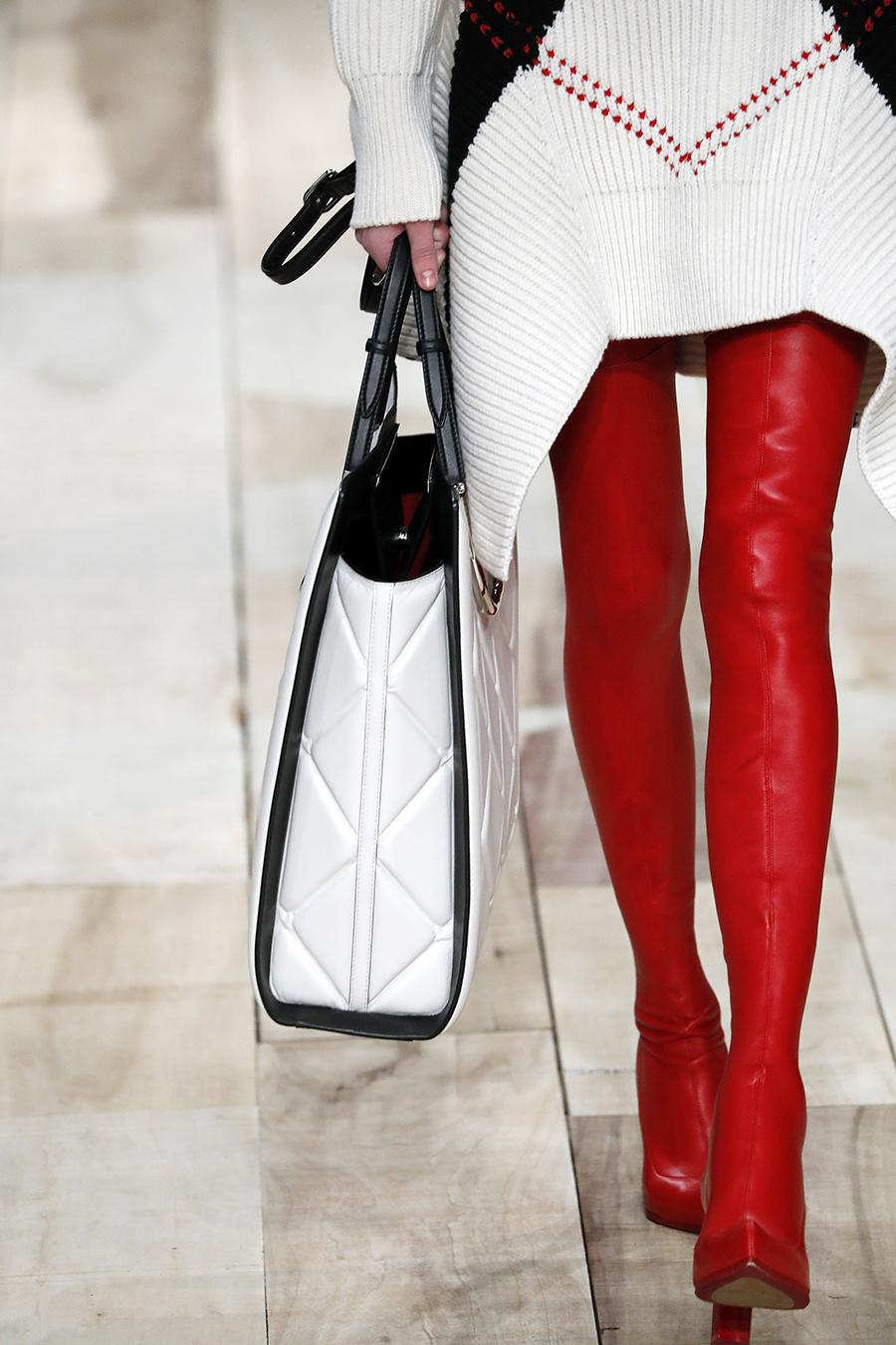 сапоги ботфорты высокие красные лаковые латексные модные осень зима 2020 2021