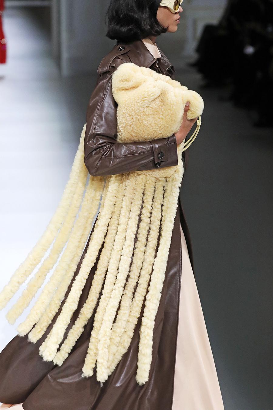 модная сумка бахрома осень зима 2020 2021 молочная желтая мех овчина