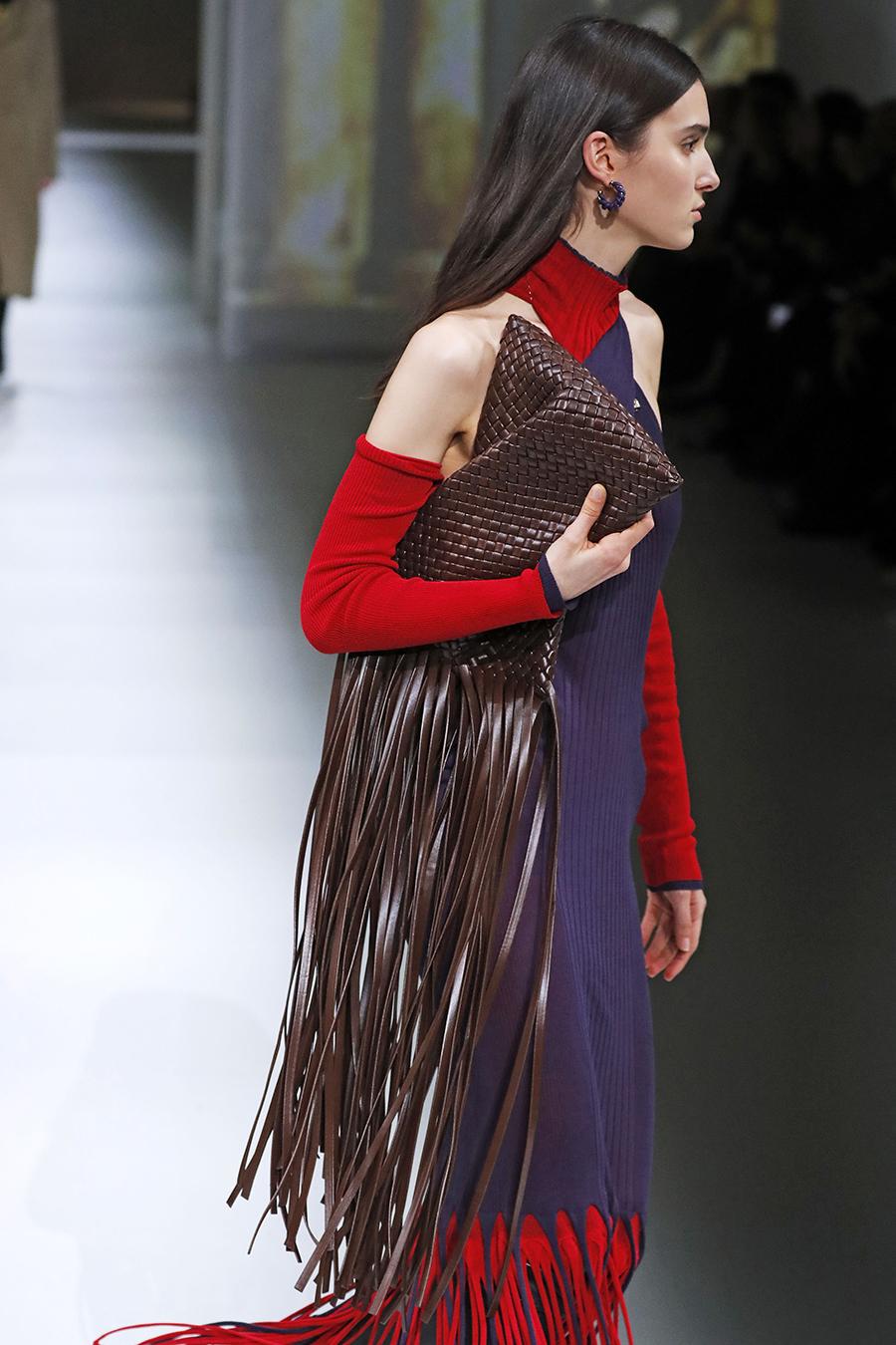 модная сумка бахрома осень зима 2020 2021 коричневая плетеная
