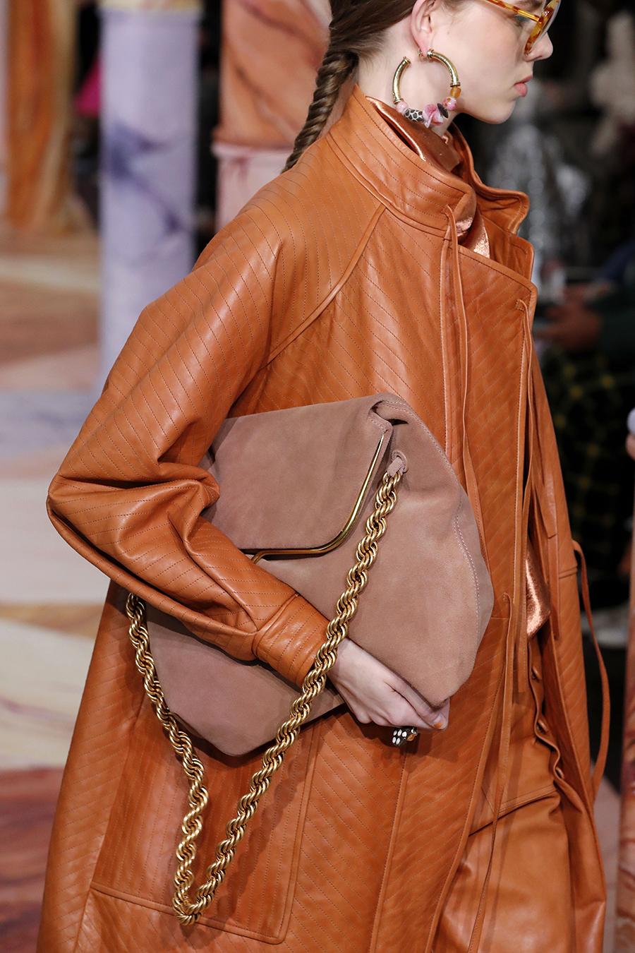модная сумка на цепочке осень зима 2020 2021 бежевая коричневая замшевая
