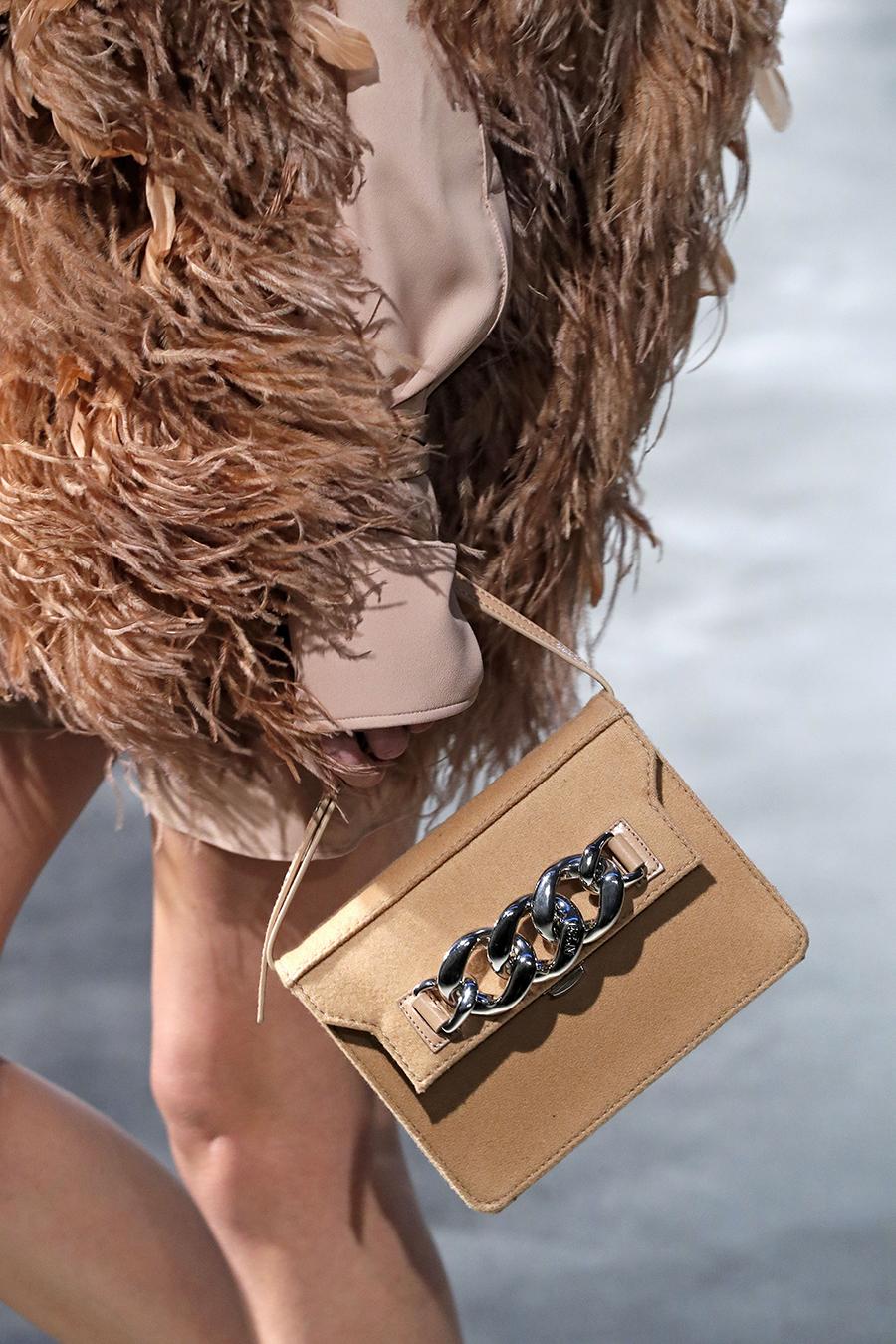 модная сумка на цепочке осень зима 2020 2021 бежевая замшевая