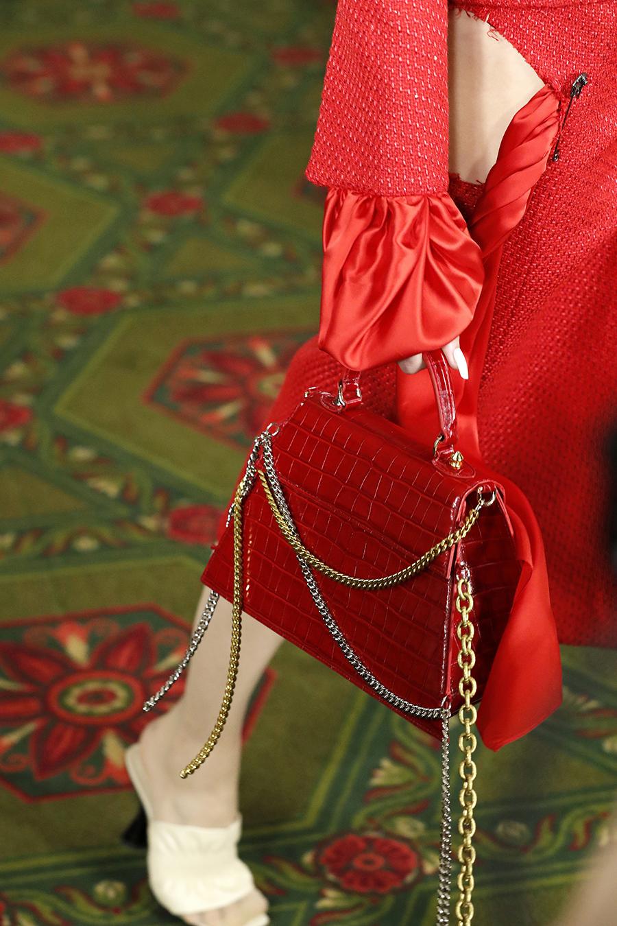 модная сумка на цепочке осень зима 2020 2021 красная кожаная крокодил